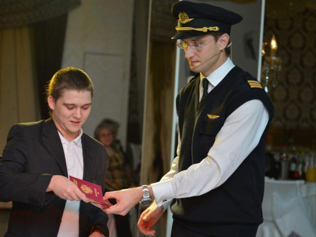 Ведущий Роман Акимов в образе пилота