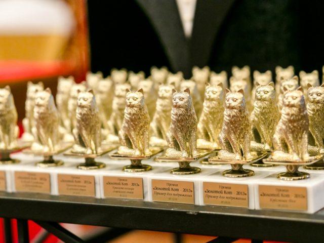 Золотые статуэтки на свадебной церомонии