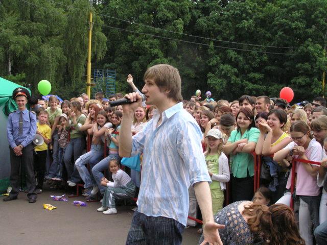 Роман Акимов ведёт праздник мороженого