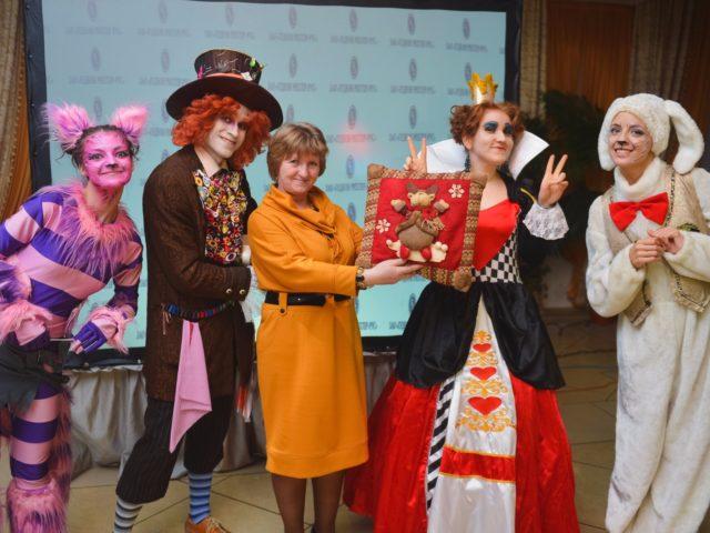 Гости с призами на вечеринке в стиле Алиса в Стране Чудес