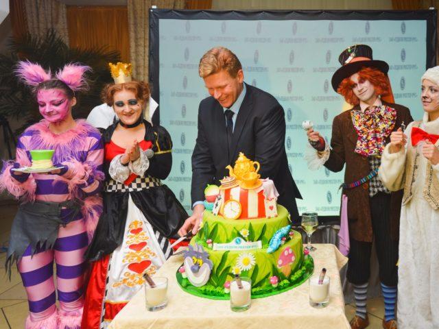 Торт на корпоративный Новый Год в стиле Алиса в стране Чудес