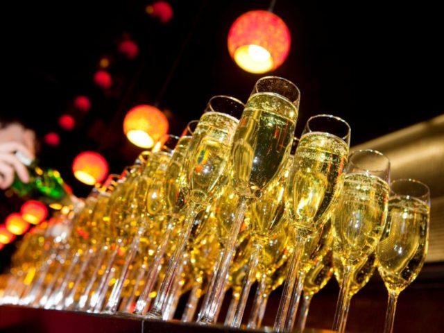Приветственное шапмпанское для гостей вечера