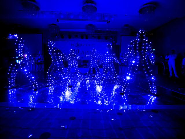 Выступление неонового шоу на празднике