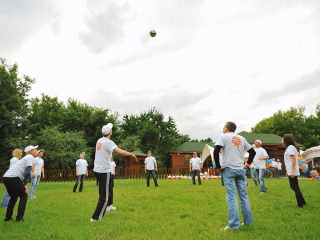 Игра в волейбол перед началом тимбилдинга