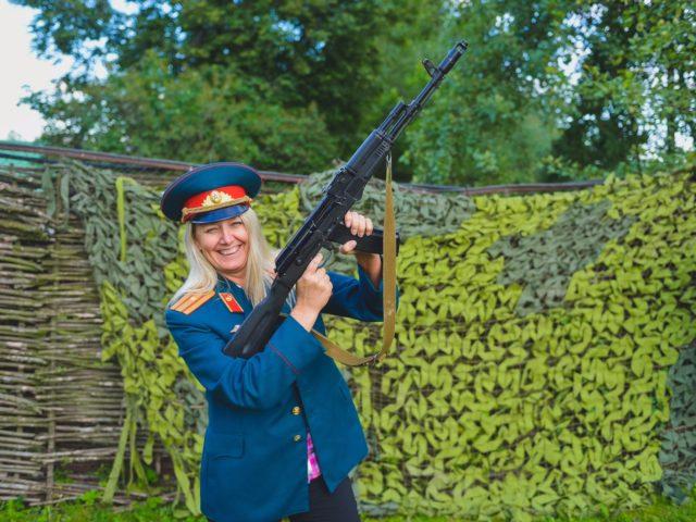 Фотозона с костюмами в военной стилистике