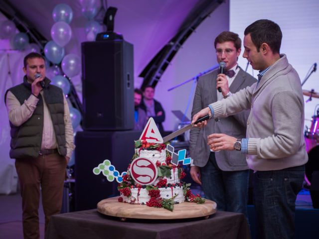 Красивый торт группы компаний Open Alliance