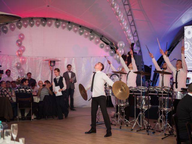 Шоу барабанщиков на открытие вечера