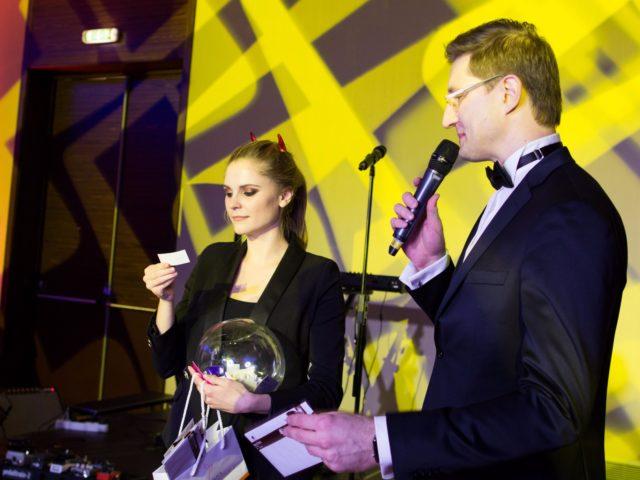 Менеджер DoubleTree by Hilton Мария Ваганова помогает в лотерее