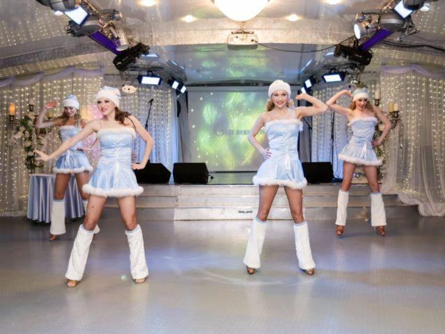Выступление шоу Снегурочек