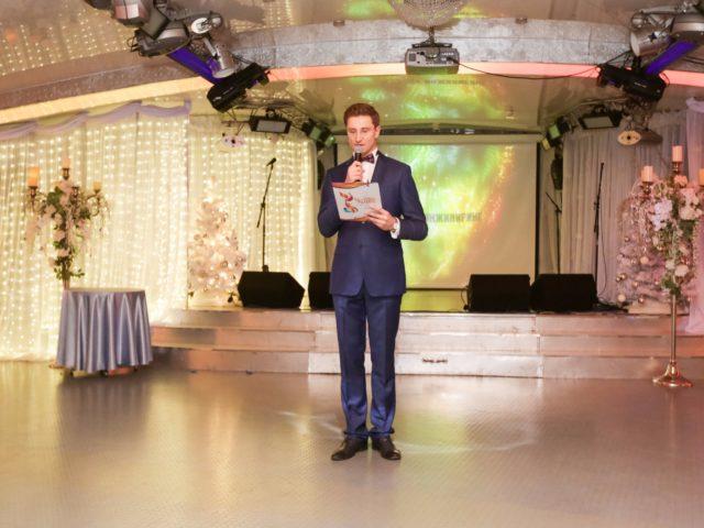 Ведущий Роман Акимов представляет Почётных гостей вечера