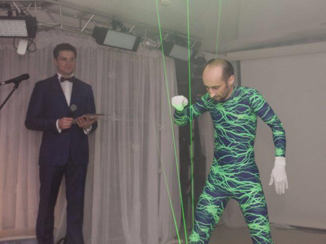 Роман Акимов и лазер мен. Игра на лазере...