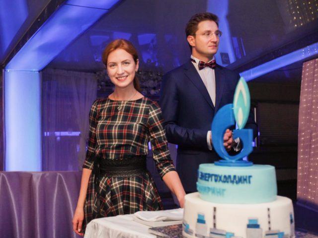 Роман и Екатерина Акимовы с тортом Газпром