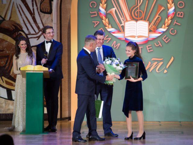 Павел Астахов вручает награду