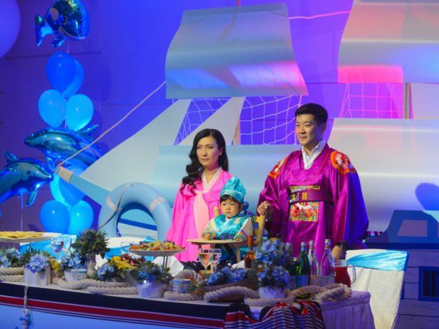 Родители и Именинник в национальных корейских костюмах