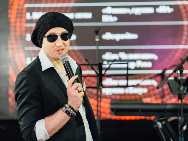 Ведущий Роман Акимов в образе Дмитрия Нагиева