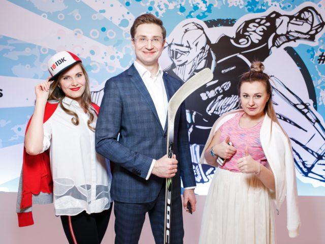 Ведущий вечеринки Роман Акимов с менеджерами отеля
