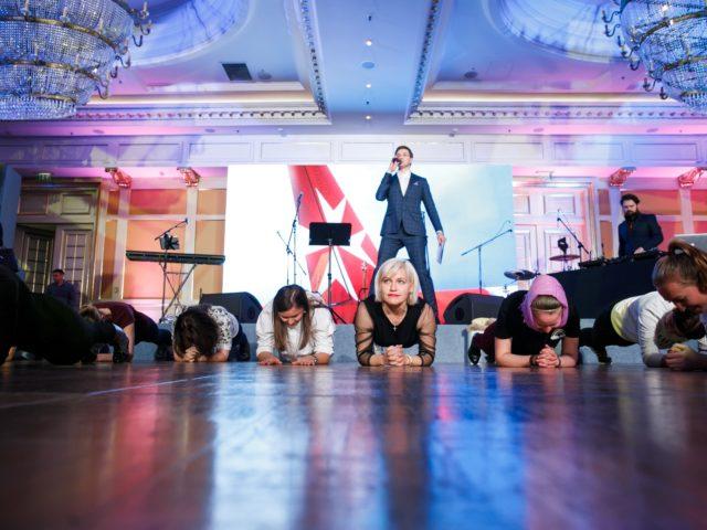 Конкурс Планка на спортивной вечеринке в отеле Ритц