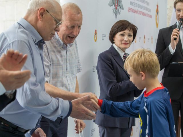 Олимпийские Чемпионы вручают награды детям
