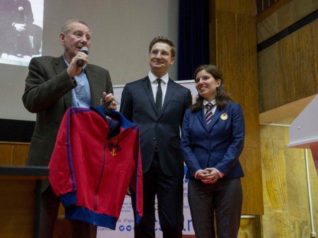 Вячеслав Собченко передаёт музею куртку ЦСК ВМФ
