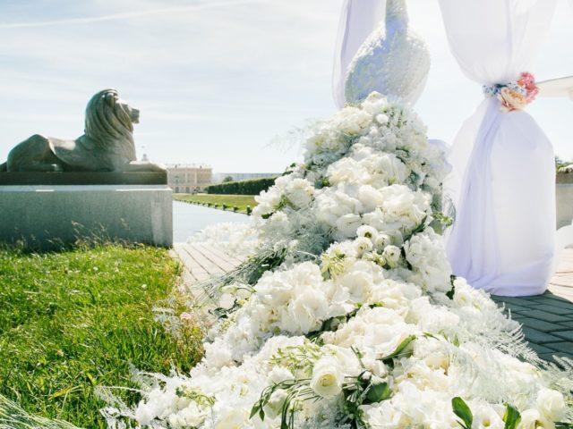 Павлин из цветов в свадебном оформлении