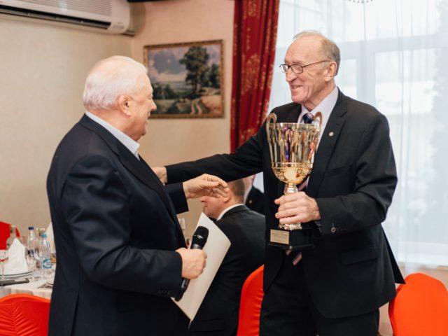В.Г. Смирнов вручает Юбиляру Почётный Кубок