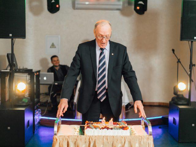 Борис Дмитриевич Гришин задувает свечи на Юбилейном торте