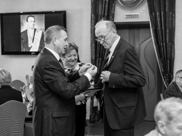 Награда Юбиляру Б.Д. Гришину