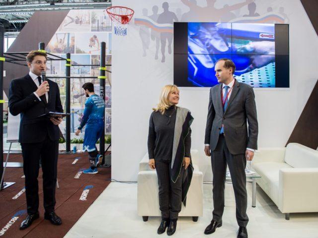 Выступление почётных гостей на стенде Минпромторга РФ