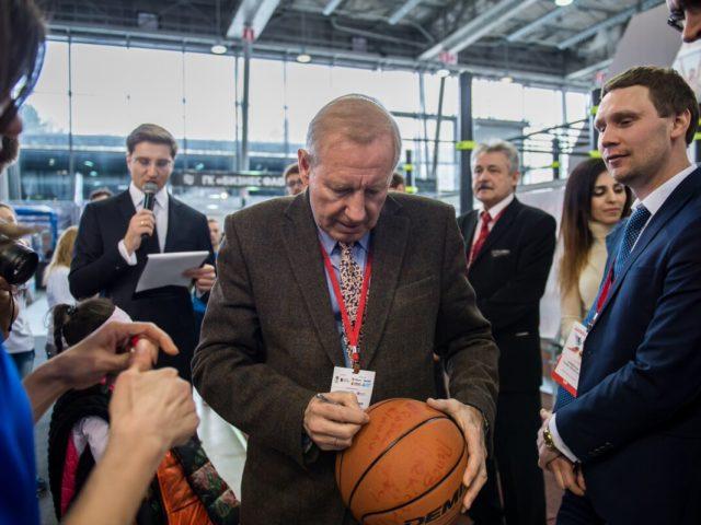 Двукратный Олимпийский Чемпион Собченко В.Г. подписывает мяч