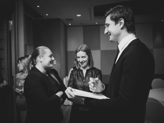 Общение с коллегами на бизнес встрече