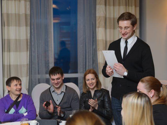 Ведущий встречи проводит мероприятие для директоров