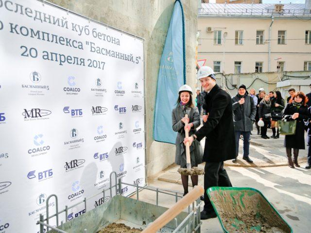 Вклад ведущего церемонии в последний куб бетона ЖК Басманный 5