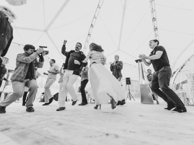 Танцевальный нон стоп од диджея на празднике