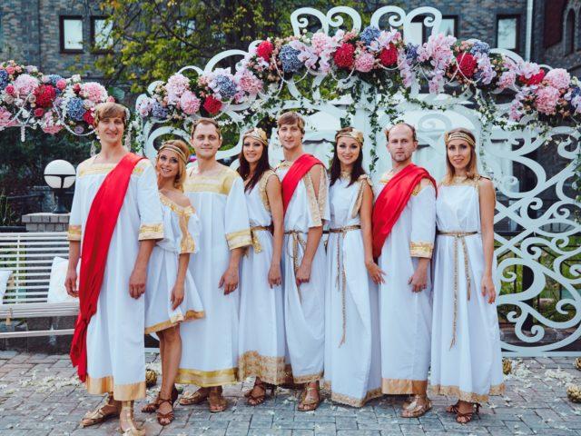 Команда танцоров актёров на свадьбе