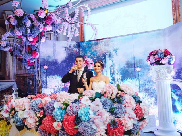 Красивый свадебный декор президиума молодожёнов