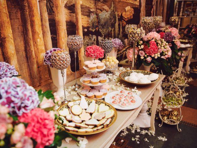 Сладкий стол на свадьбе. Точнее один из столов