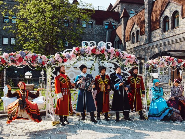 Народный ансамбль на встрече гостей свадьбы