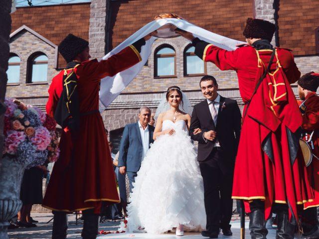 Русская традиция встречи с караваем в исполнении народного ансамбля