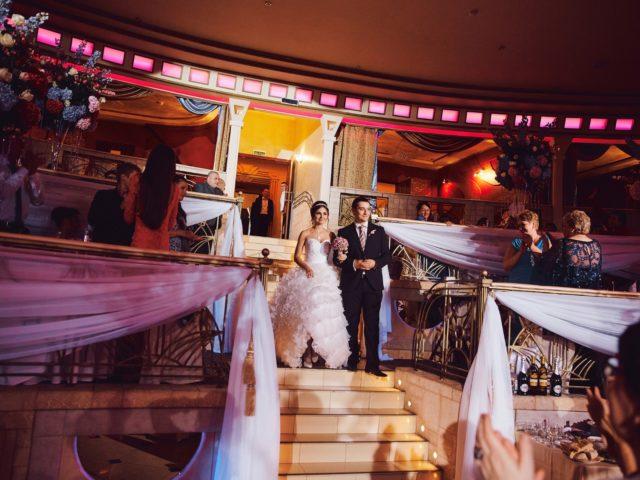 Красивое появление молодожёнов на свадьбе