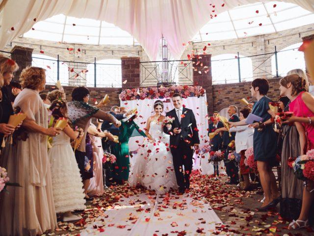 Лепестки роз после объявления мужем и женой
