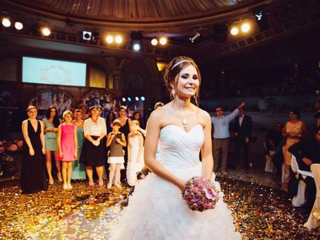 Полёт букета невесты на красивой свадьбе