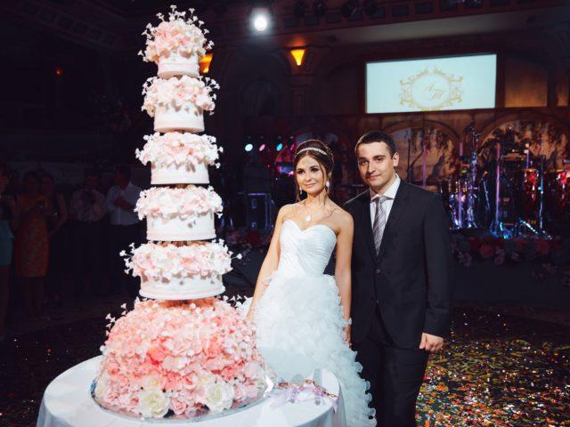 Роскошный свадебный торт на красивой свадьбе