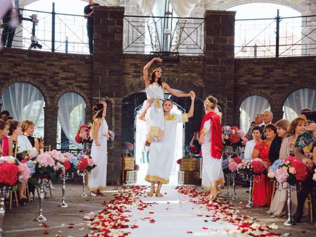Эффектное начало выездной церемонии бракосочетания в Колизее Немчиновка парк отеля