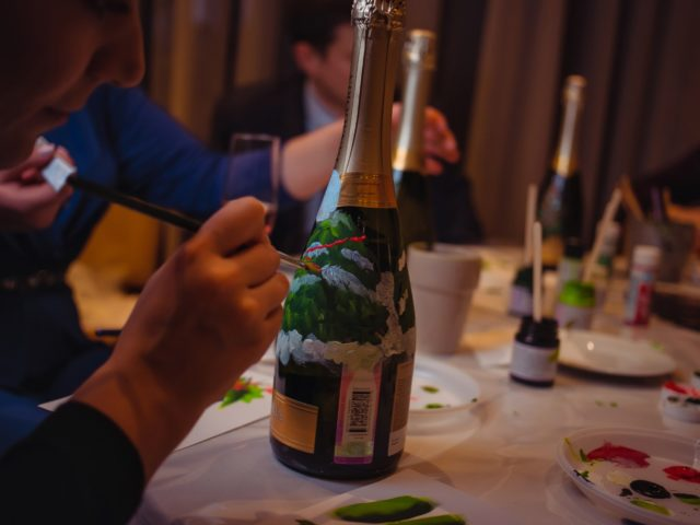 Мастер класс по росписи бутылок на мероприятии