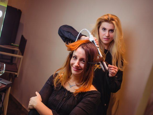 Стилисты делают гостям вечера причёски на этапе сбора