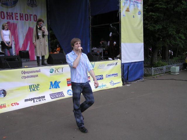 Ведущий мероприятия Роман Акимов спускается со сцены к зрителям