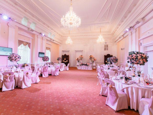 Банкетный зал Голден Холл перед началом свадьбы