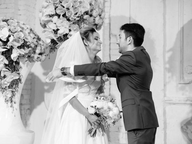 Жених поднимает фату невесте
