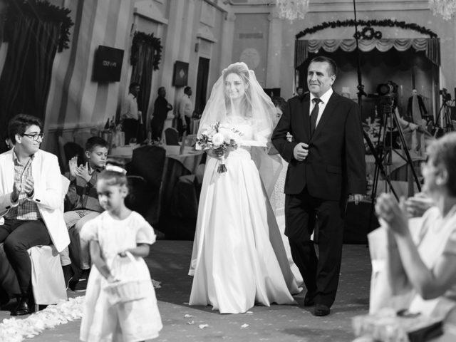 Папа ведёт невесту к жениху