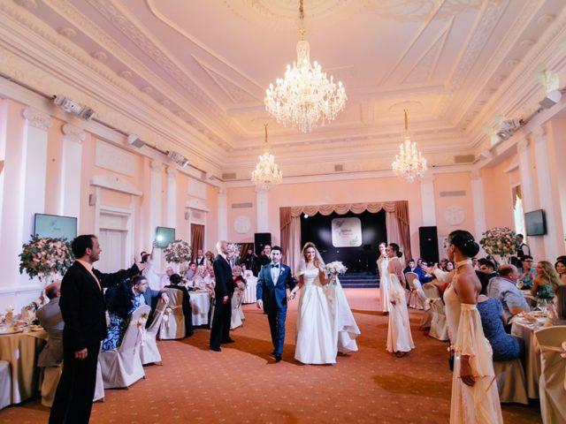 Встреча молодожёнов на армянской свадьбе при участии шоу балета